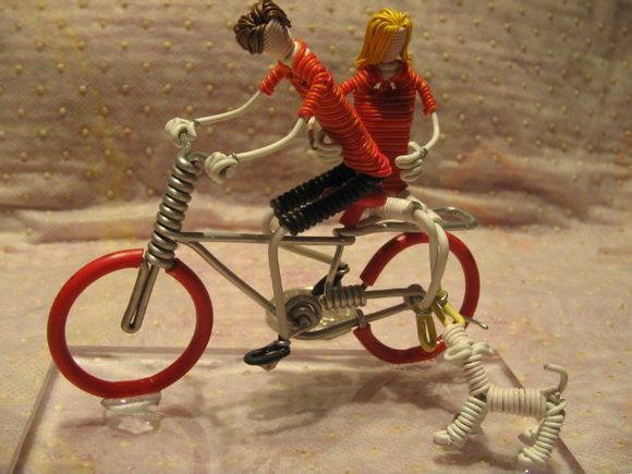 我们在逛夜市的时候可能看到过手工艺人用电线等材料弯出自行车小